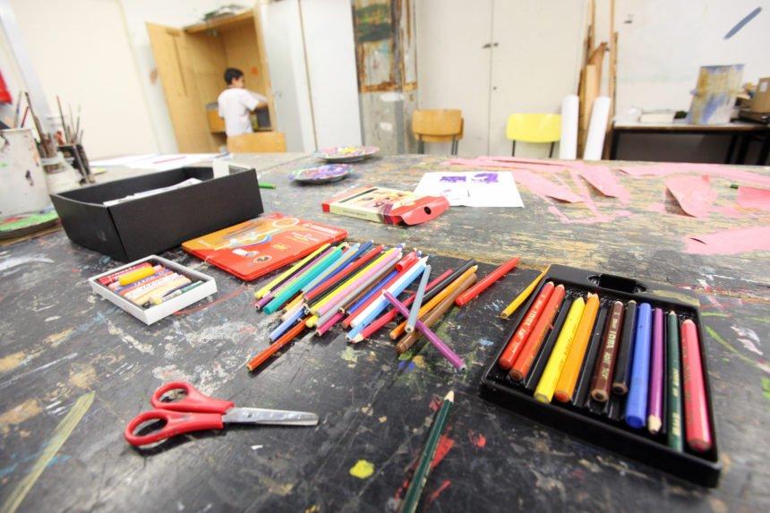 Stifte und Farben auf Zeichentisch