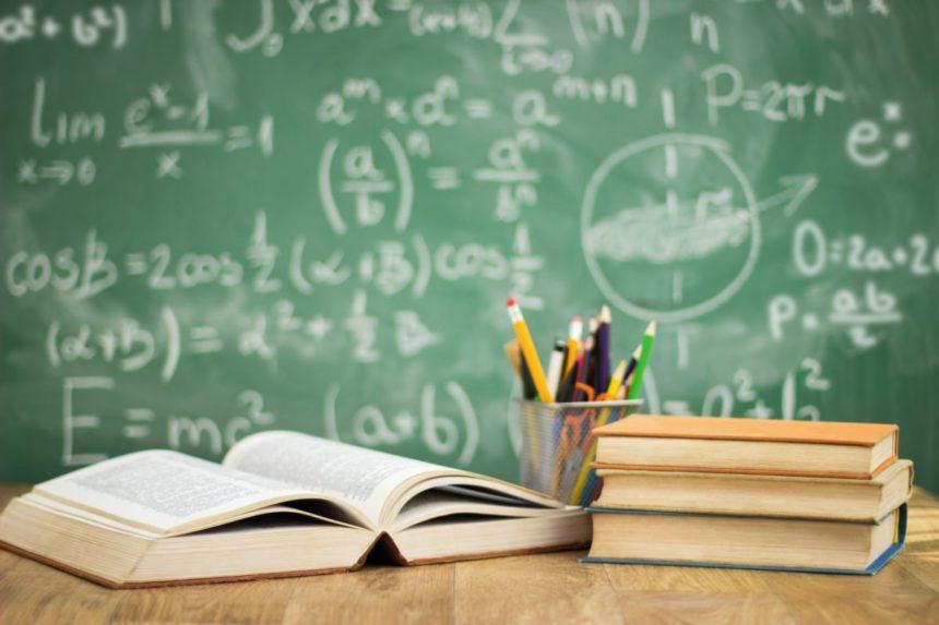 Schulbücher auf Tisch