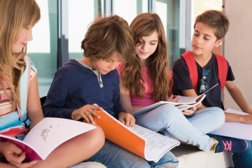 Gruppe Schüler mit Heften