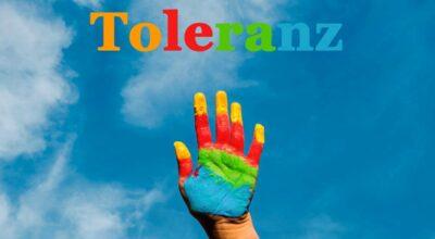 Der Regenbogen als Symbol für gleichgeschlechtliche Paare, die mit Kindern in einer Familie leben. Sie heißt Regenbogenfamilie