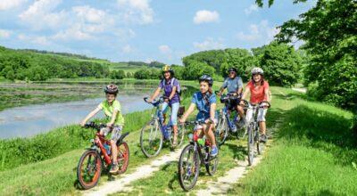 Familie bei Radfahren