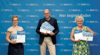 Jodo-Foto / Joerg Donecker// 23.07.2021 Preisuebergabe Zeitung in der Schule, Foto: v.l.n.r. Clara Hoesle, Wolfgang Voigt, Daniela Irmen , -Copyright - Jodo-Foto / Joerg Donecker Sonnenbergstr.4 D-76228 KARLSRUHE TEL: 0049 (0) 721-9473285FAX: 0049 (0) 721 4903368 Mobil: 0049 (0) 172 7238737E-Mail: joerg.donecker@t-online.deSparkasse Karlsruhe IBAN: DE12 6605 0101 0010 0395 50, BIC: KARSDE66XXSteuernummer 34140/28360Veroeffentlichung nur gegen Honorar nach MFMzzgl. ges. Mwst. , Belegexemplarund Namensnennung. Es gelten meine AGB.